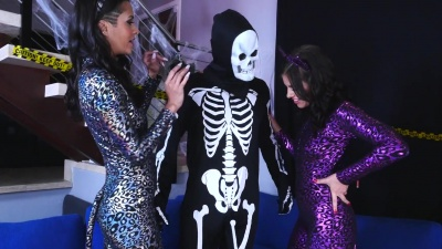 Bisexual threesome fuck on Halloween night