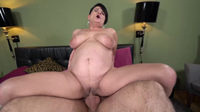 Curvy granny Dolly Bee bouncing her vintage pussy on young dick