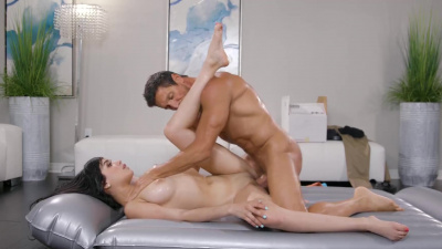 Perky masseuse Savannah Sixx pleasing her client's dick in all sorts of ways