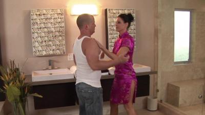 Cougar masseuse India Summer gives a lovely handjob