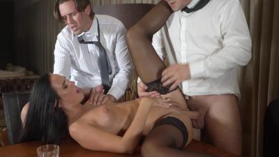 Katie Dee cums during double penetration